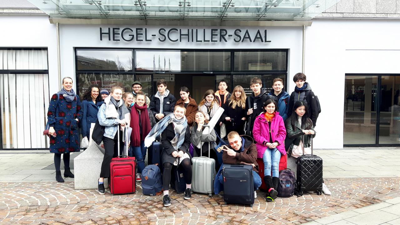 Fotoaufnahme vieler junger Schüler im Rahmen einer Veranstaltung der Kulturakademie.