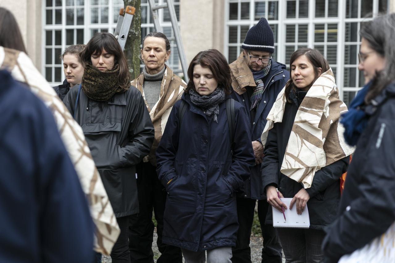 Eine Gruppe von Menschen mit geschlossenen Augen.