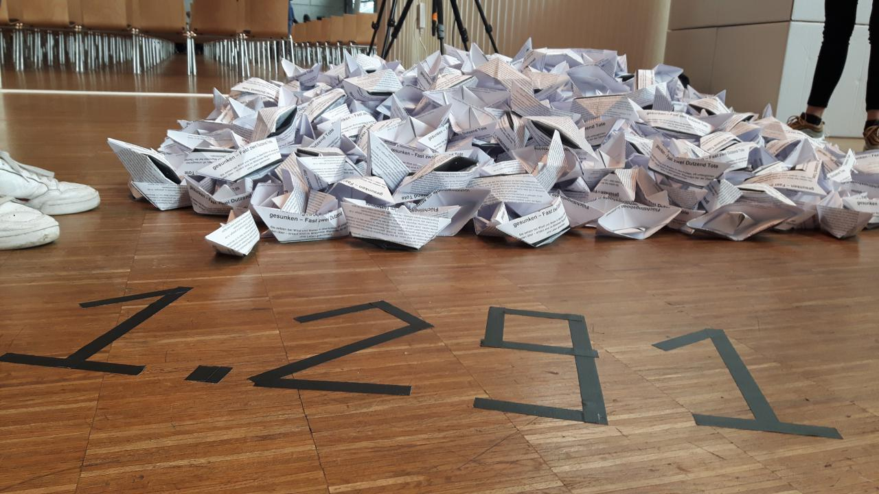 Viele Papierschiffchen sind zu sehen im Rahmen des Projektes »Kulturakademie« am ZKM.