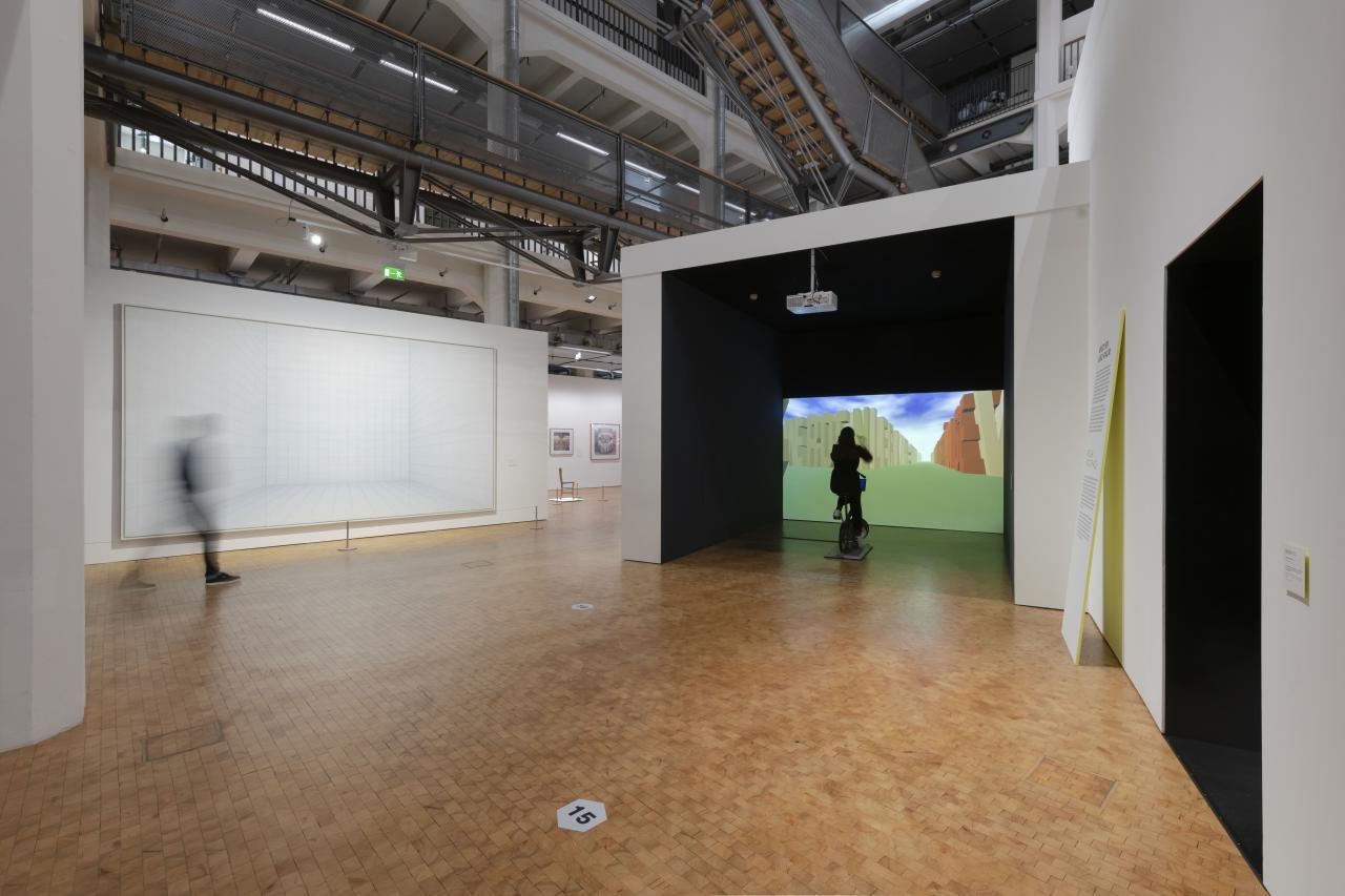 Blick in die Ausstellung auf die Installation »Legible City« von Jeffrey Shaw und das Werk »Licht-Raum (300)« von Hans Peter Reuter