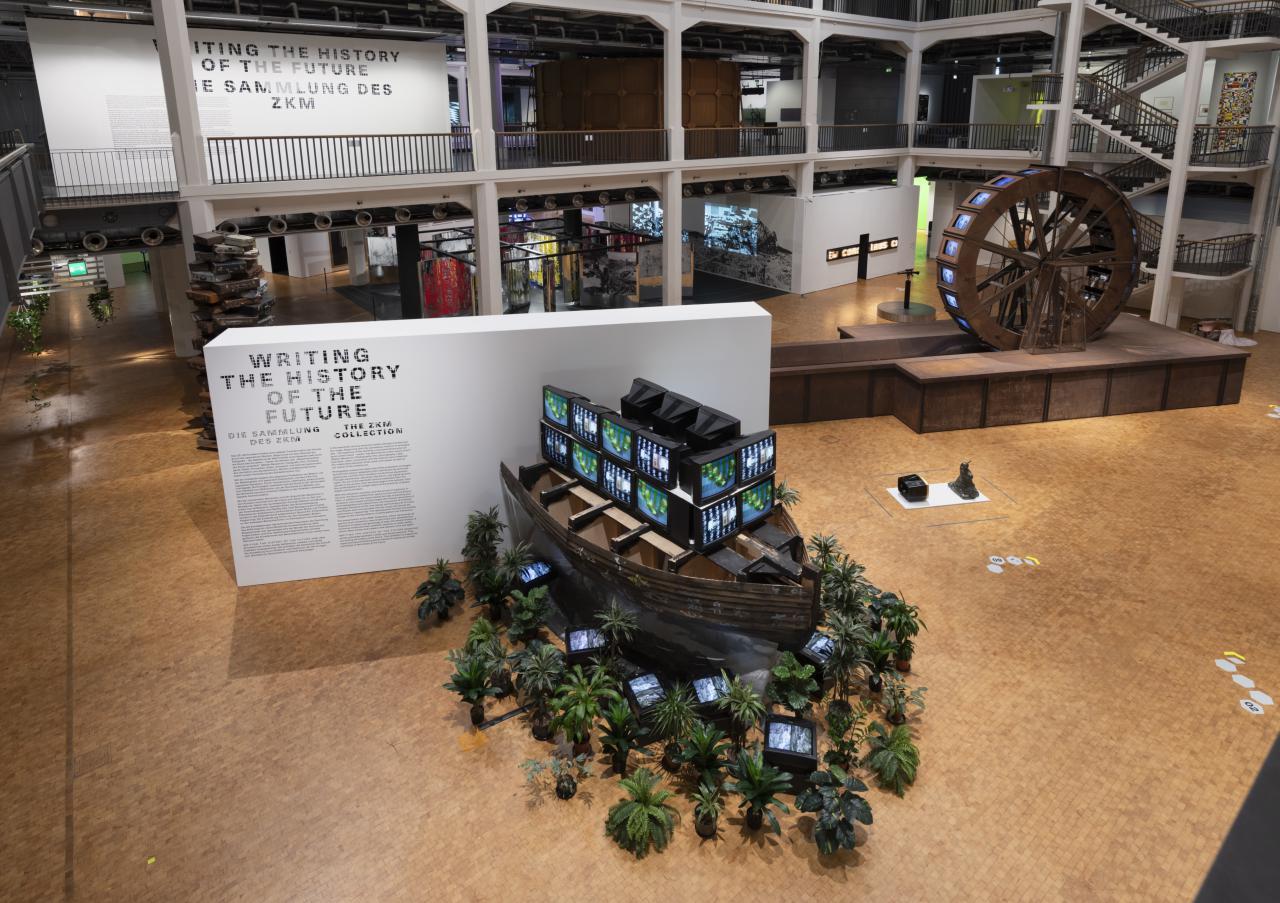 Blick vom OG in den Lichthof des EG der Ausstellung »Writing the History of the Future«