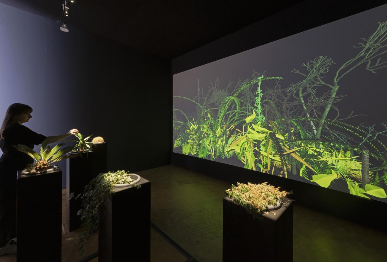 Blick in die Ausstellung auf die Installation »Interactive Plant Growing«