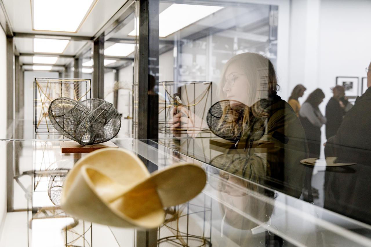 Geometrische Objekte in einer Glas-Vitrine