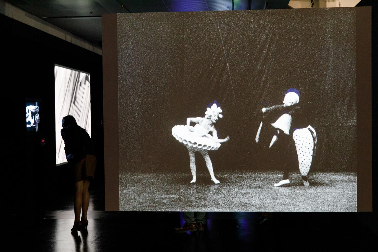 Foto einer Leinwand mit einem Ballett-Video in Schwarz-Weiß – Eine Impression der Ausstellung »bauhaus.film.expanded« am ZKM Karlsruhe.
