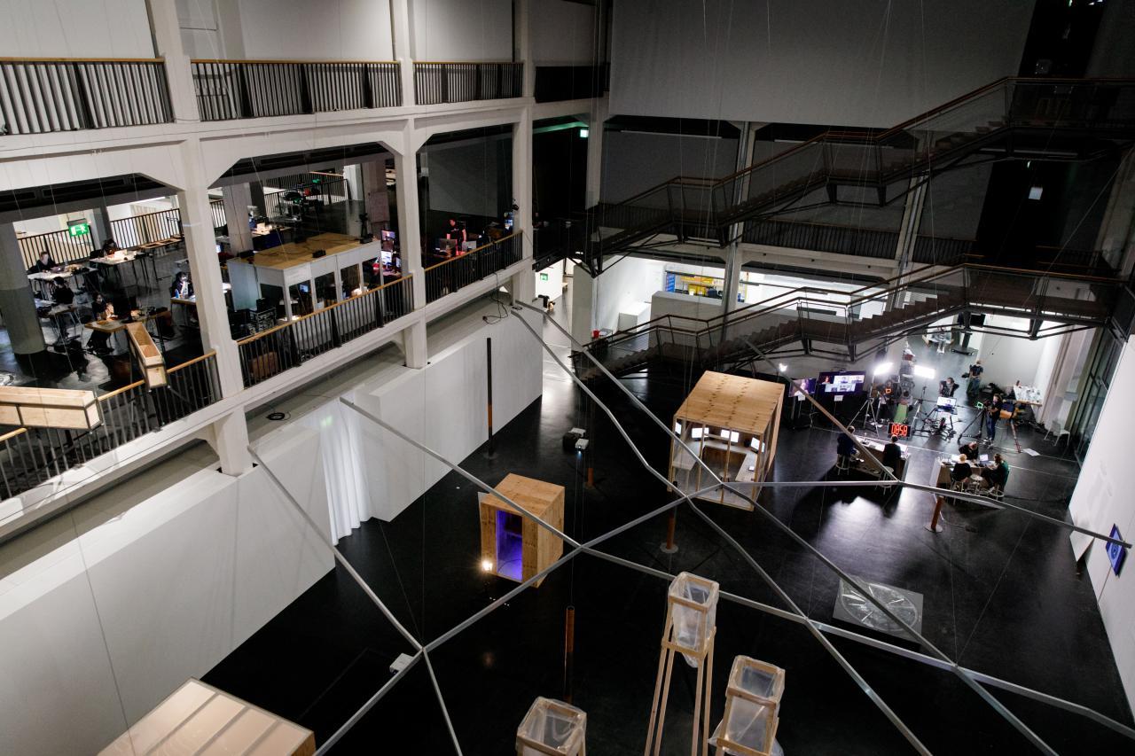Blick von oben runter in den Lichthof auf das Werk Critical Zones Observatory.