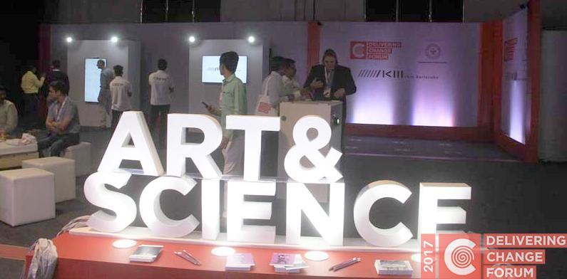 Das Bild zeigt den Schriftzug »Art & Science« auf dem Delivering Change Forum in Indien