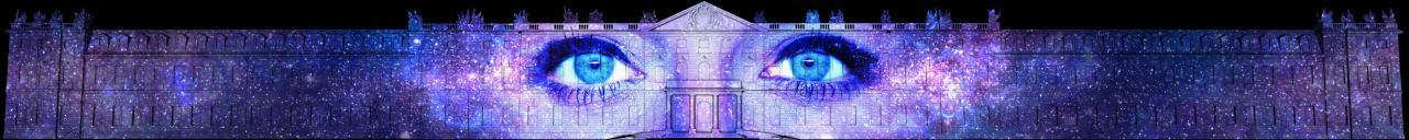 Zu sehen ist das beleuchtete Karlsruher Schloss, auf das zwei Augen projiziert wurden