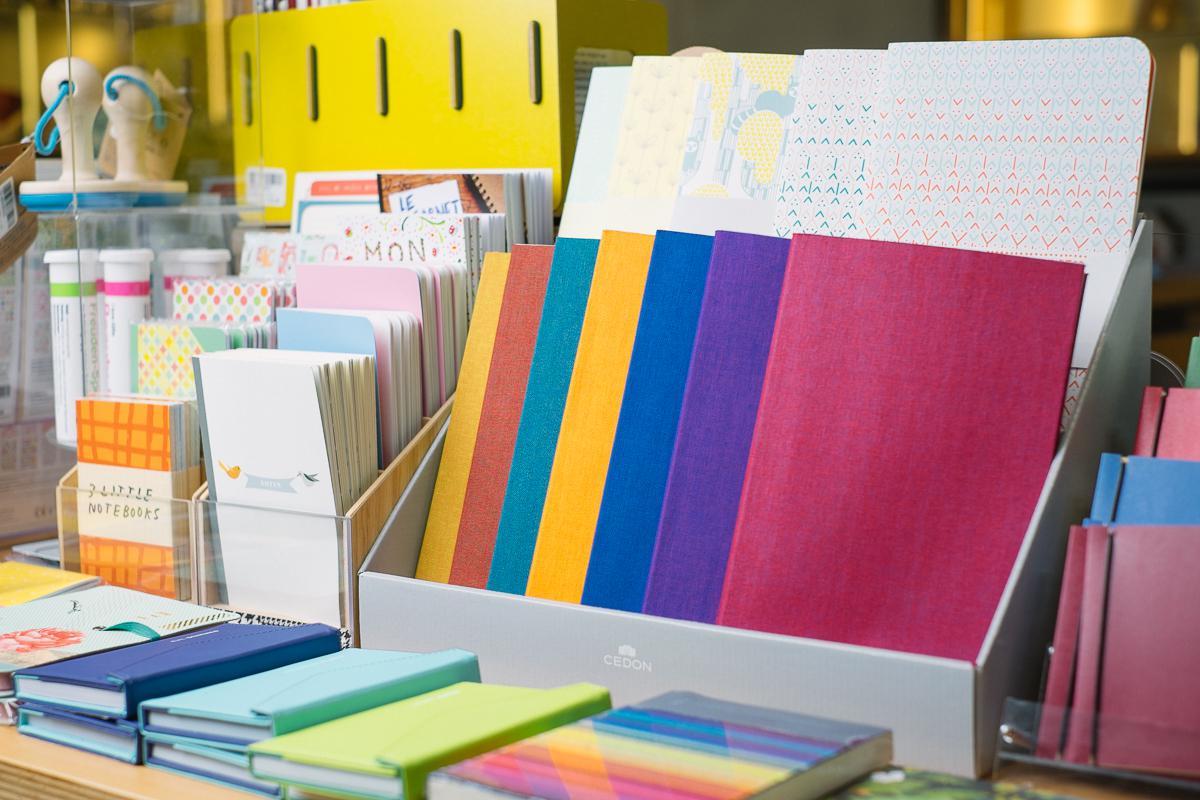 Eine bunte Vielfalt von Notizheften aus dem ZKM | Shop