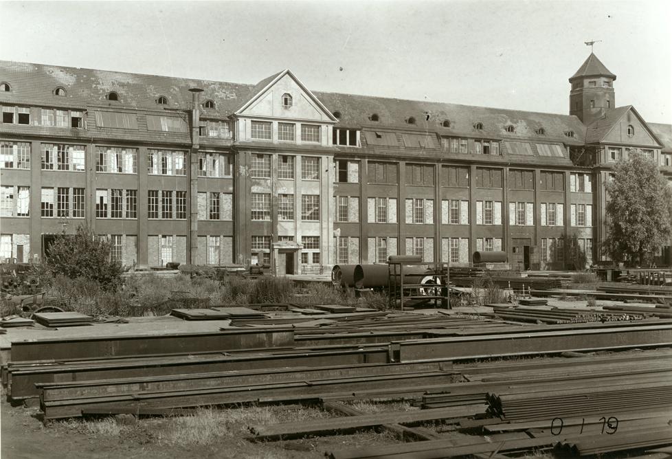 Der Hallenbau als Industrieruine nach der Aufgabe der Produktion