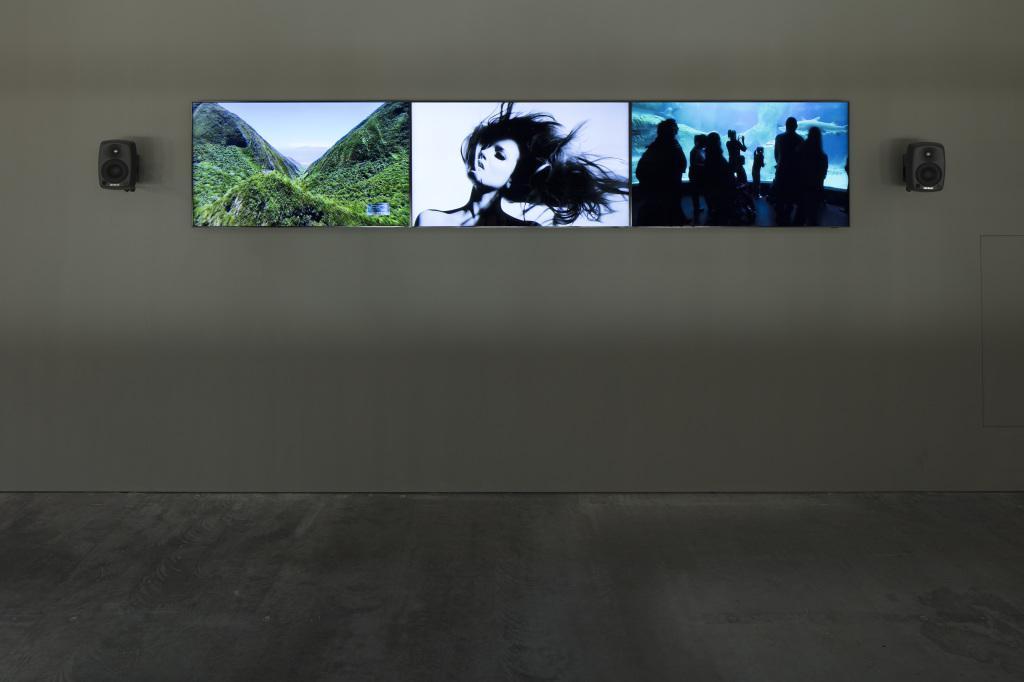 Drei aneinander gereihte Bildschirme mit unterschiedlichen Motiven