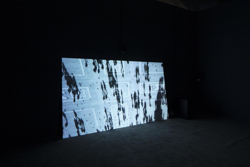 Ein Bildschirm mit Silhouetten von Spaziergängern.