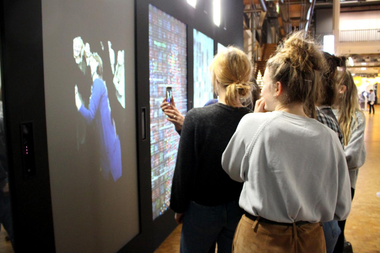 Eine Gruppe von Schülern stehen vor einem Kunstwerk im Rahmen der Veranstaltung »Art im Puls«.