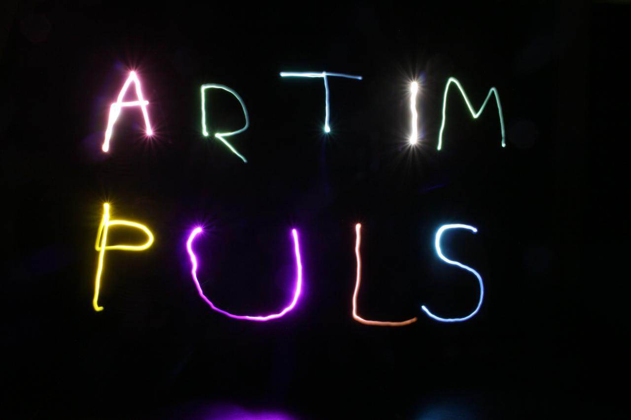Eine Lichtshow gestaltet Schriftzüge im Rahmen der Veranstaltung »Art im Puls«.
