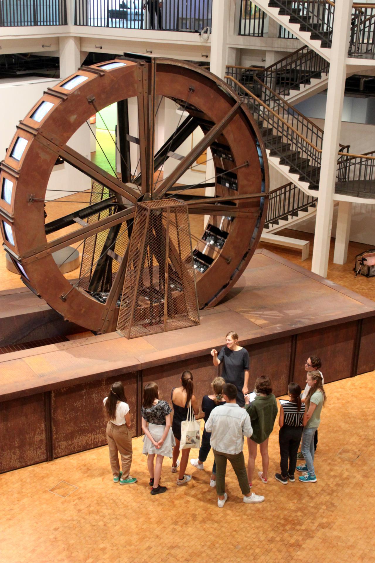 Eine Gruppe von Schülern in der Ausstellung »Writing the History of the Future« im Rahmen einer Veranstaltung der Kulturakademie.