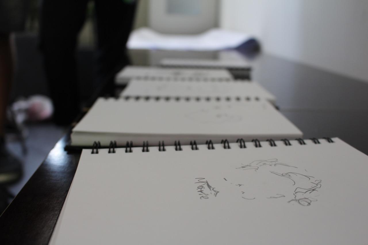 Weiße Blöcke mit Skizzen