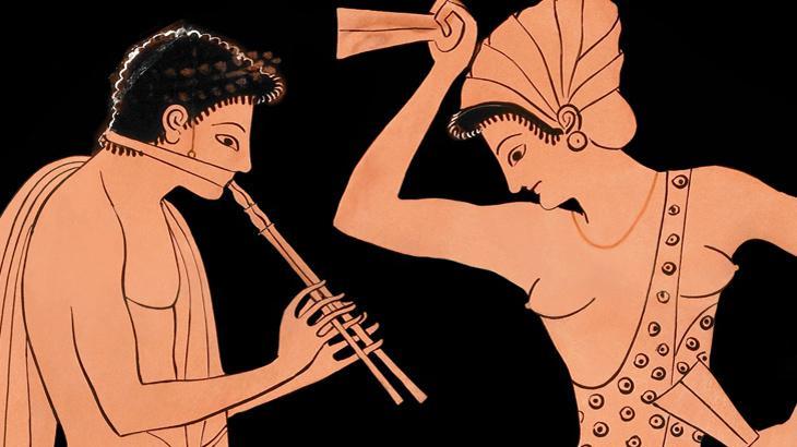 Zwei antike Figuren stehen sich gegenüber und musizieren