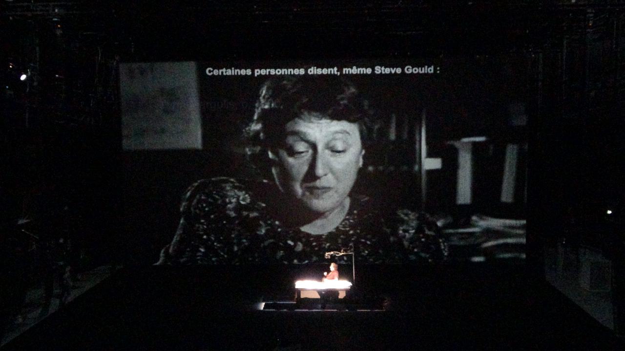 Ein Foto auf einer großen Leinwand zeigt die Wissenschaftlerin Lynn Margulis.
