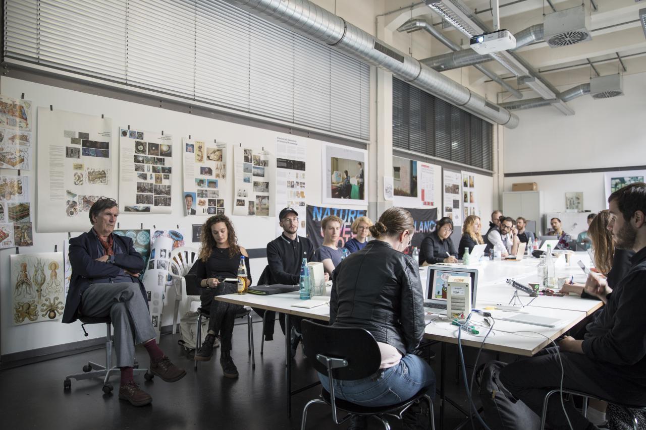 Critical Zones Forschungsseminar an der Staatlichen Hochschule für Gestaltung Karlsruhe (HfG) während der Sitzung im Mai 2018
