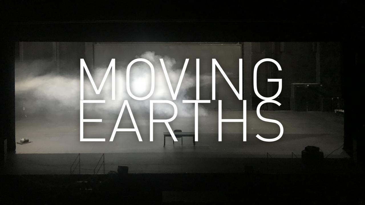 """Eine verlassene Bühne mit einem Tisch und Stuhl, von links strömt Nebel durch das Bild und es steht groß im Vordergrund geschrieben: """"Moving Earths""""."""