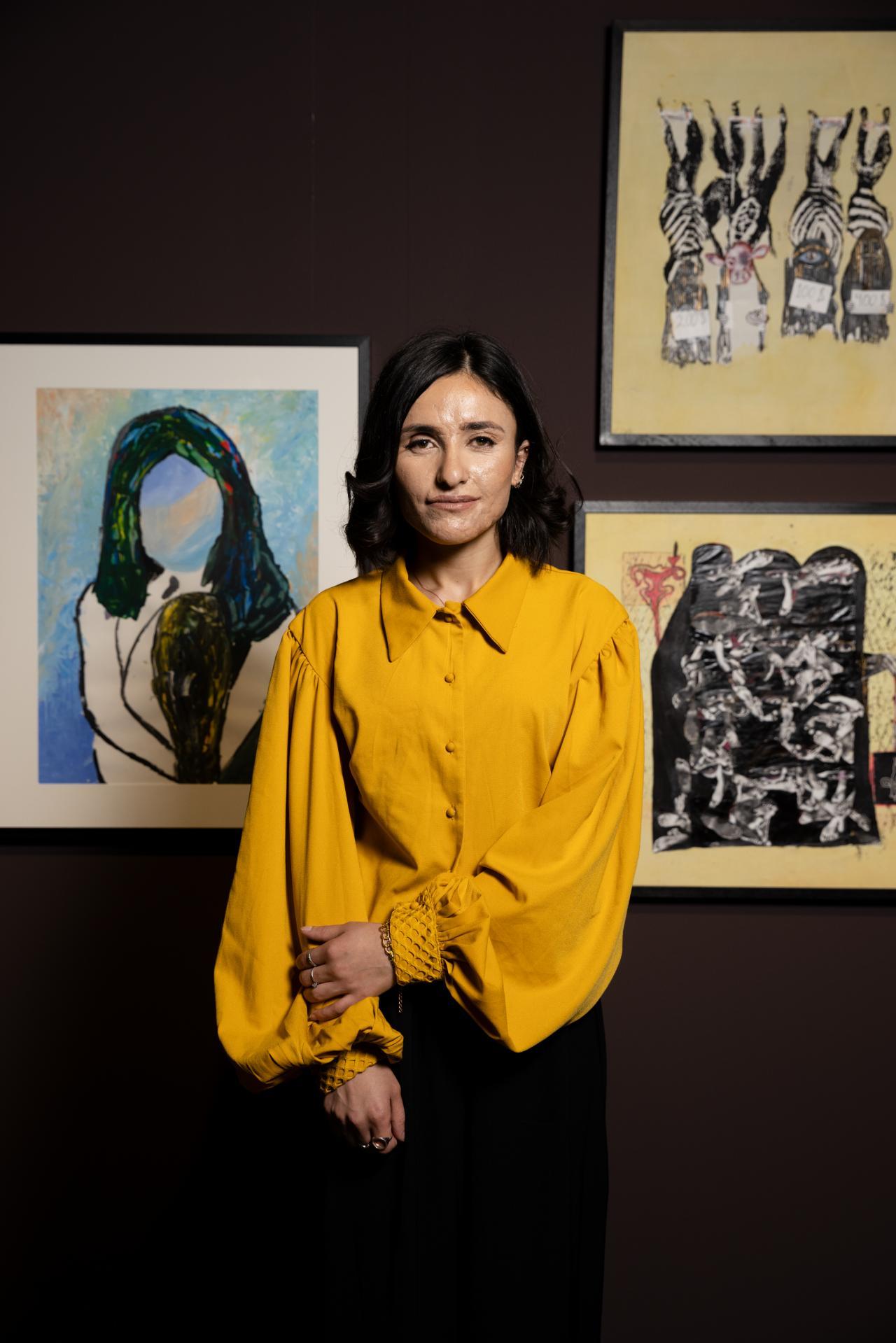 Zu sehen ist Lamiya Aji Bashar in den Ausstellungsräumen von »Nobody's Listening«