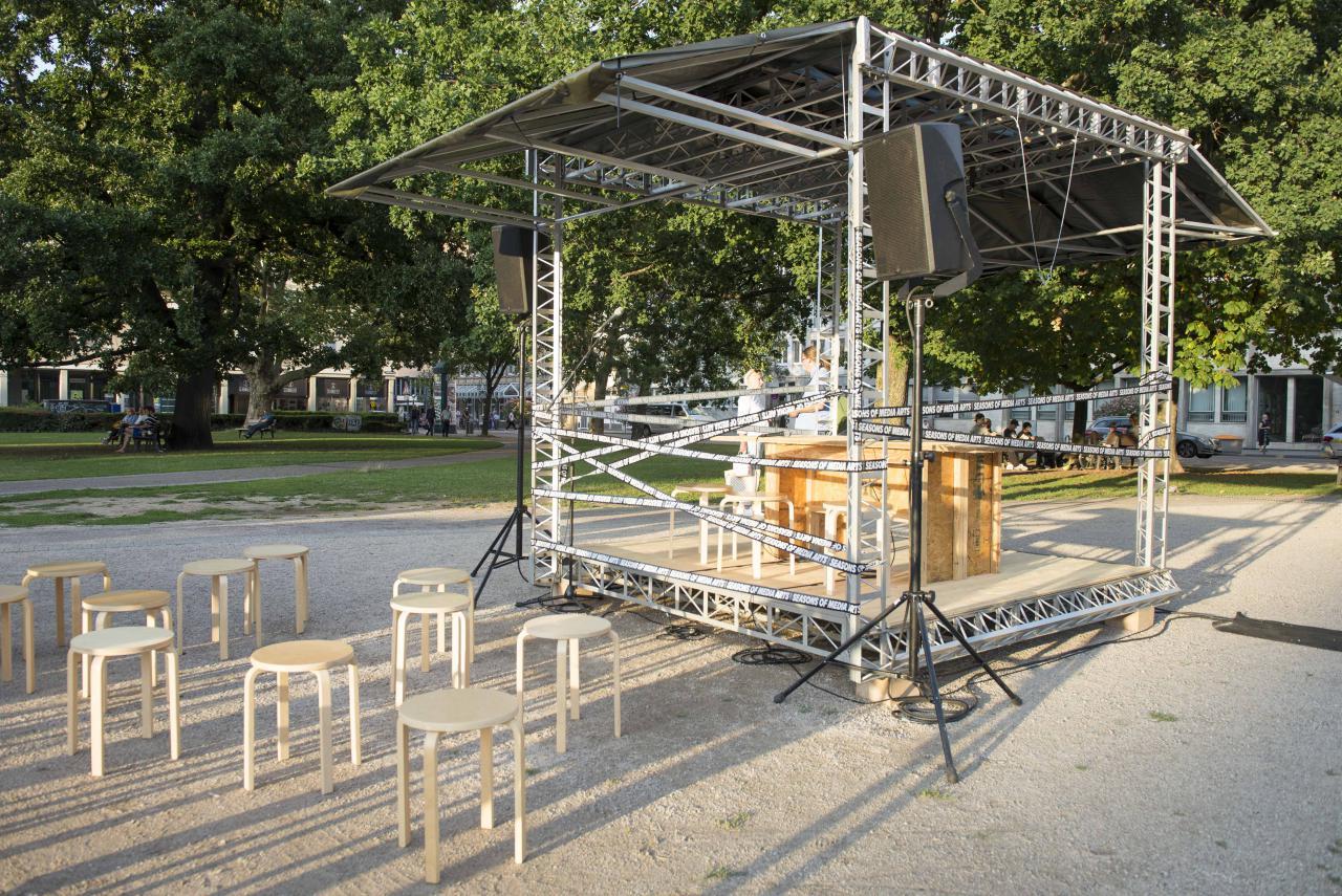Die Installation »Spacecraft_ZKM« aus einem Bühnengerüst und Stühlen.