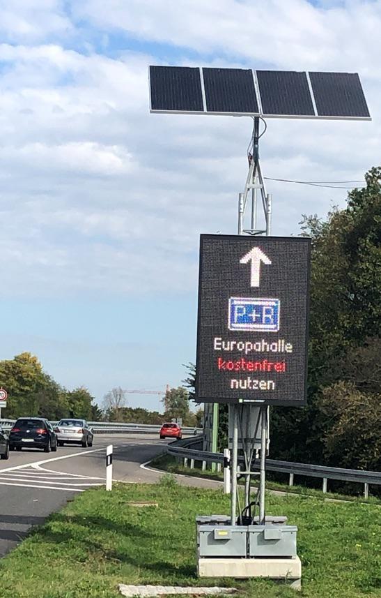 Das Foto zeigt einen Tempowechelzeichengeber, der signalisiert, dass Park + Ride an der Europahalle kostenfrei sei.