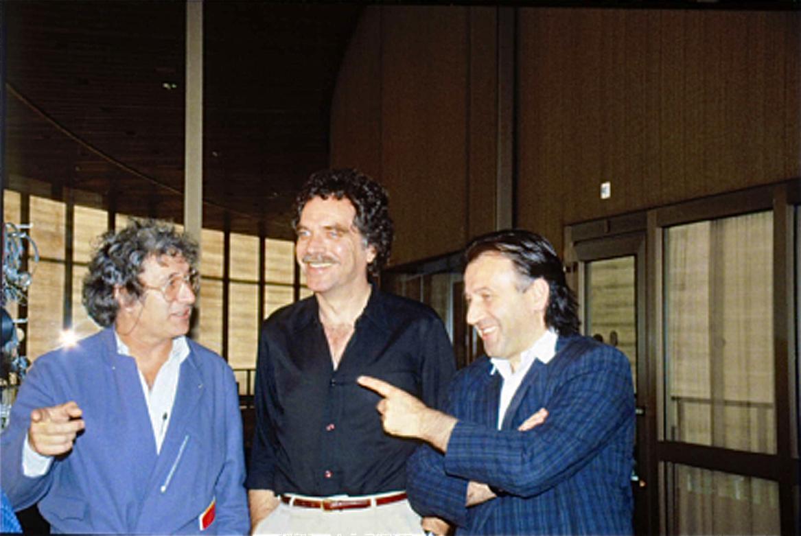 Zur Ars electronica Linz 1986 treffen sich (v.r.): Peter Weibel, Gene Youngblood, Jürgen Claus.