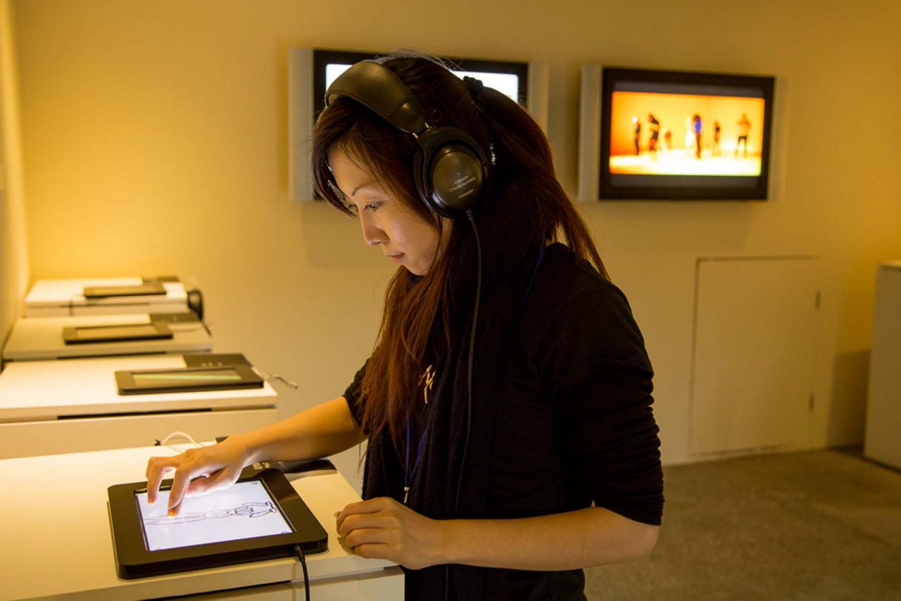 Eine Frau bedient ein Ipad