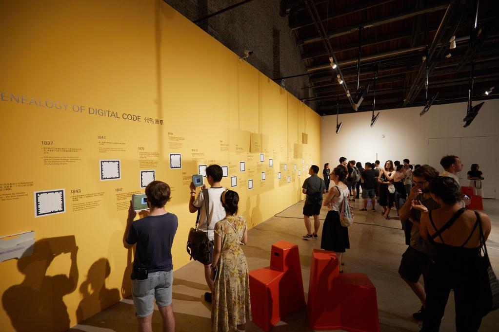 Menschen in einem Ausstellungsraum