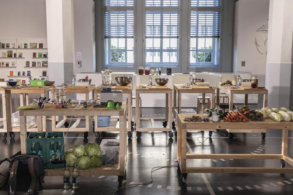 Gemüse und Küchenutensilien auf Holztischen
