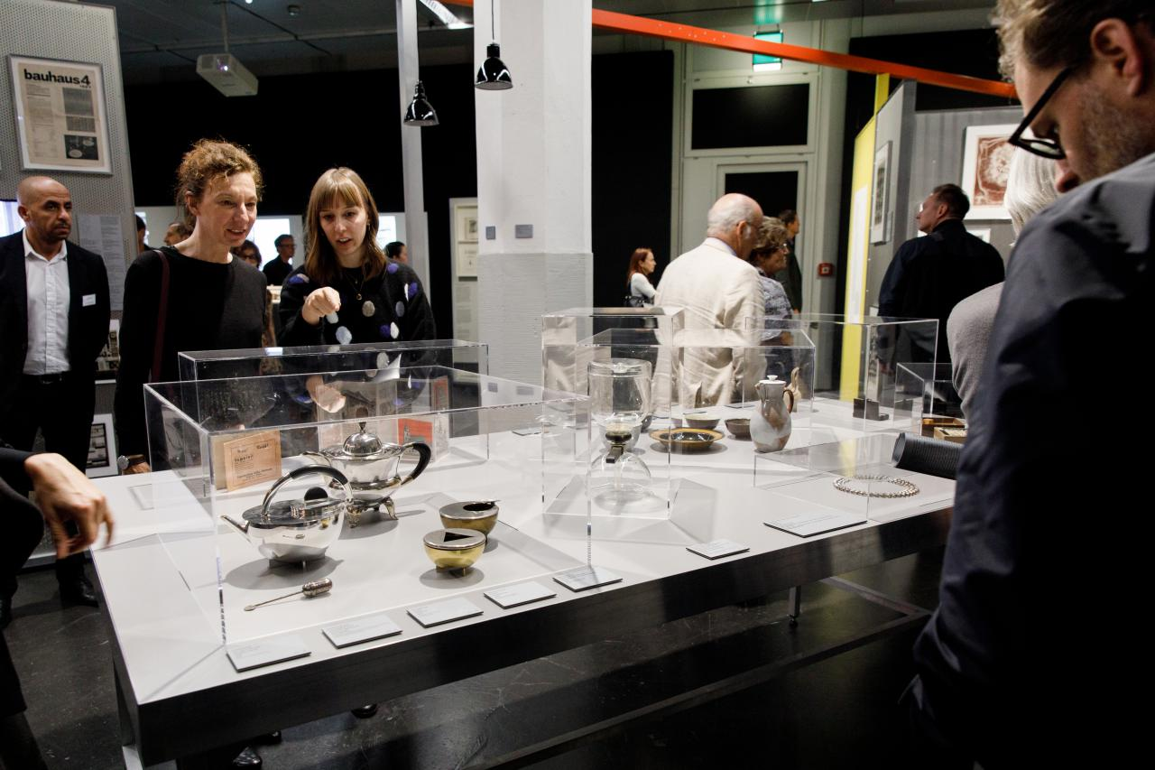 Das Foto zeigt Edelstahl Produkte des Bauhauses in einer Vitrine.