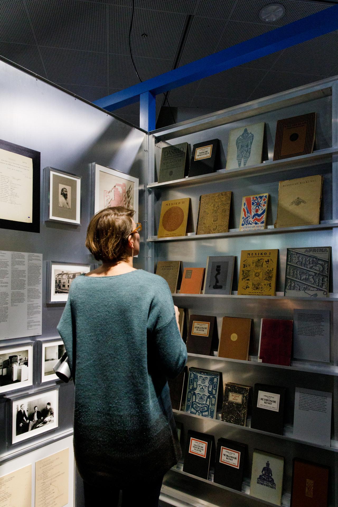 Das Foto zeigt ein Regal mit einer großen Auswahl von Bauhaus Publikationen