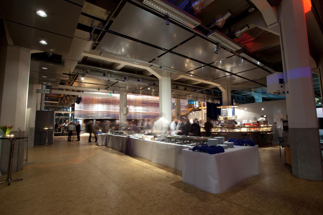 Ein Buffet im ZKM_Foyer