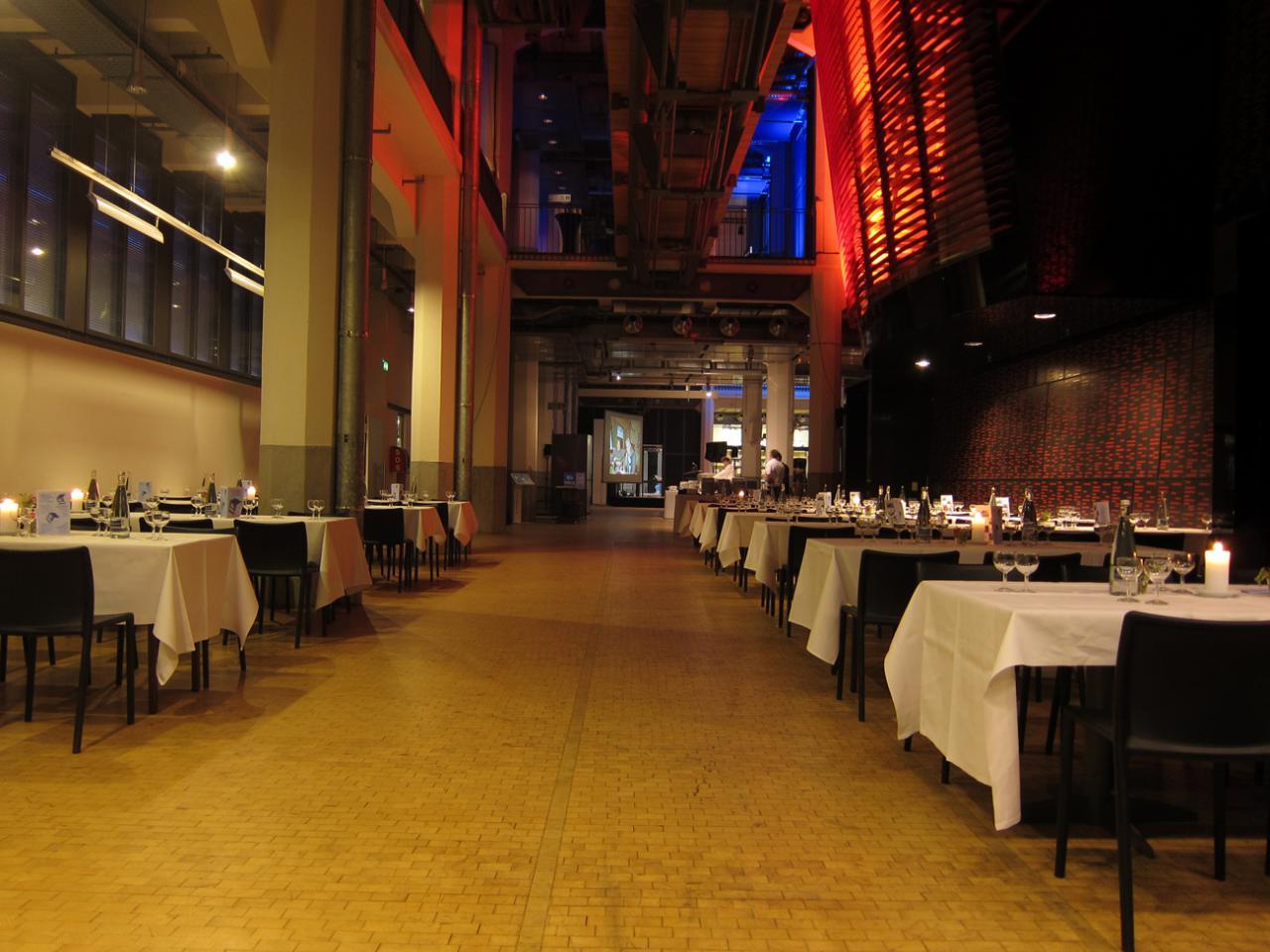 Tische rechts und links des Durchgangs vom ZKM_Foyer zur HfG