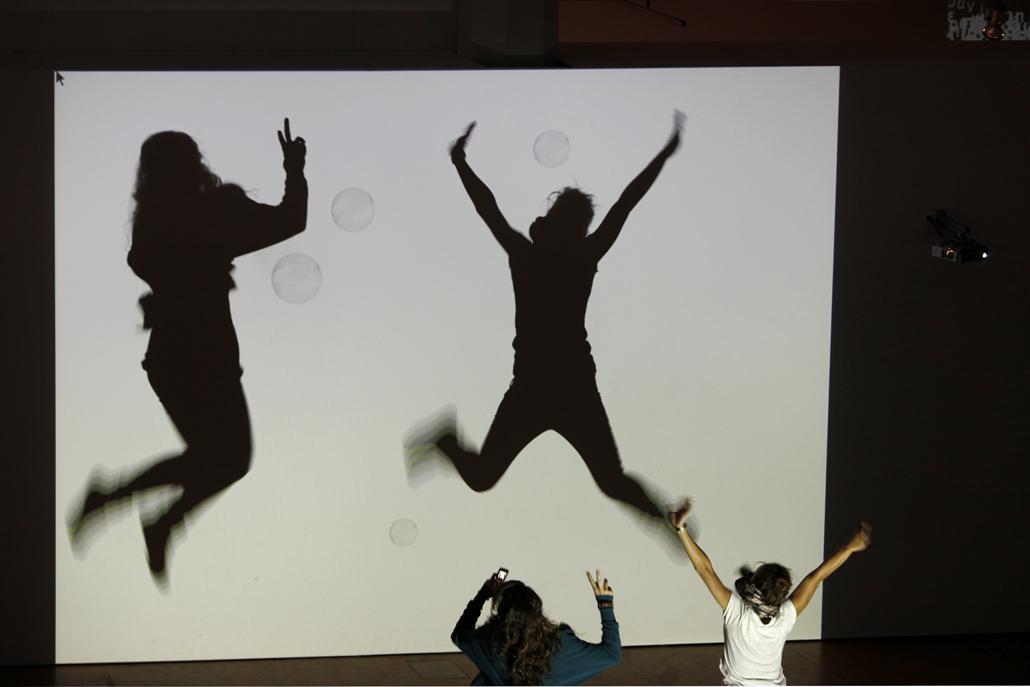 Schatten von Kindern, die mit imaginären Seifenblasen interagieren