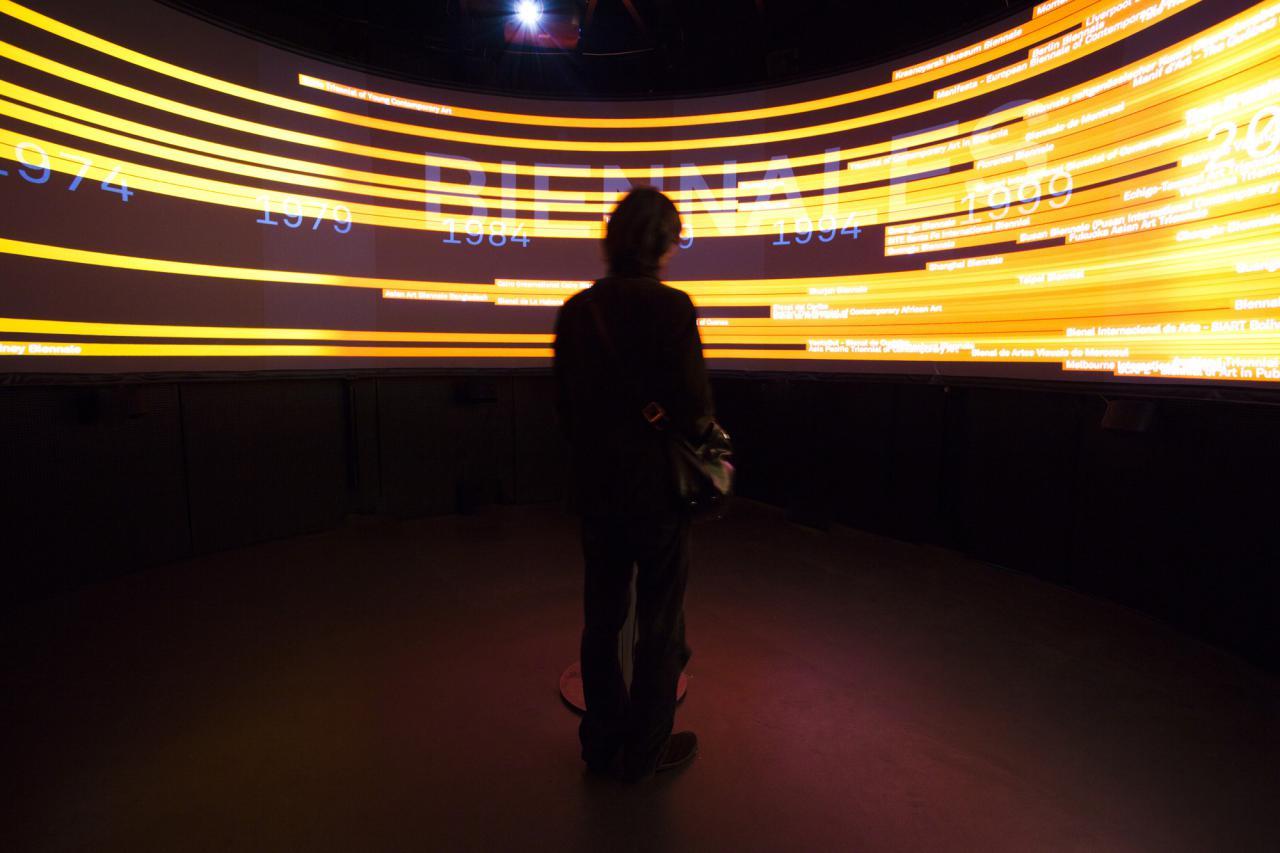Ein Mann steht vor einer 360°-Ansicht aus gelben Blitzen