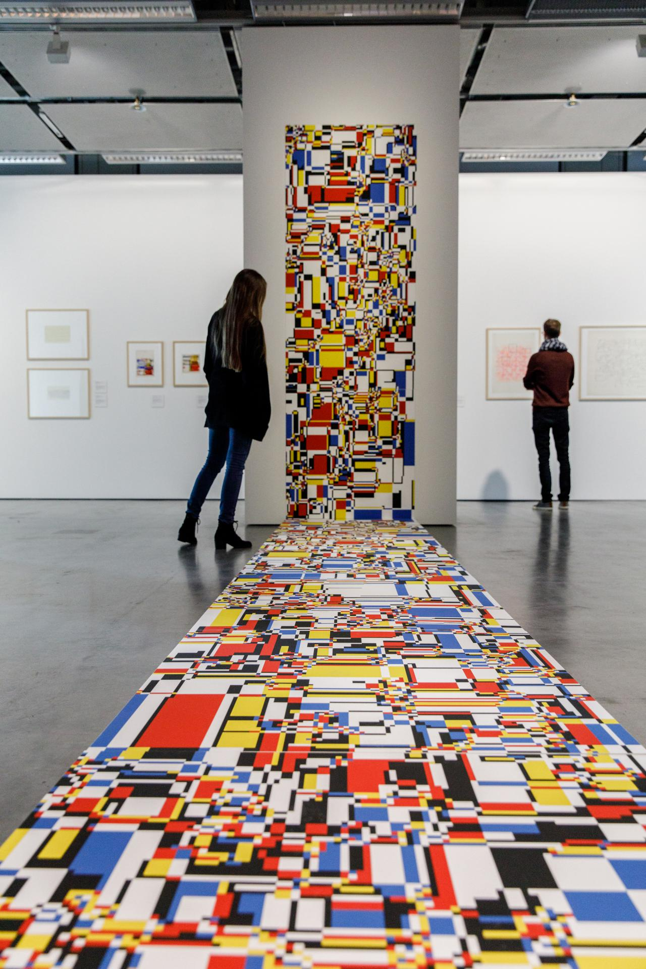 Ein Mosaik aus Farbflächen erstreckt sich von der Wand bis über den Boden