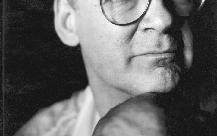 Ein Schwarz-Weiß-Portrait von Tony Conrad