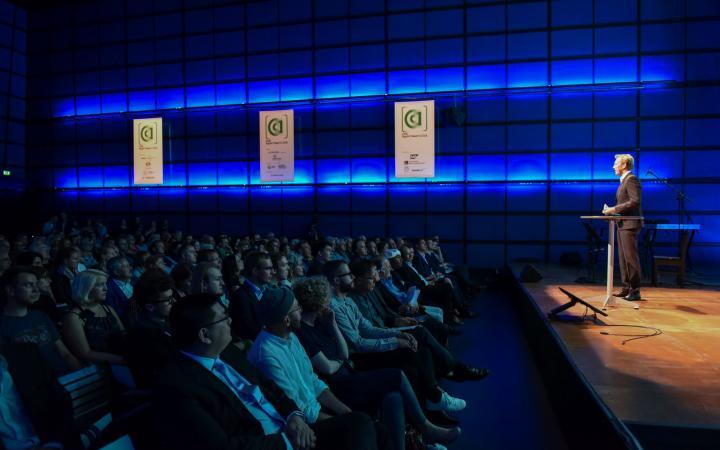 Das Publikum der AppArtAward Preisverleihung 2016 sitzt im blau beleuchteten Medientheater des ZKM.