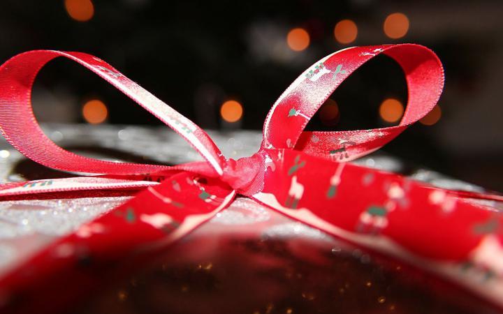 Foto eines Weihnachtsgeschenks mit roter Schleife.