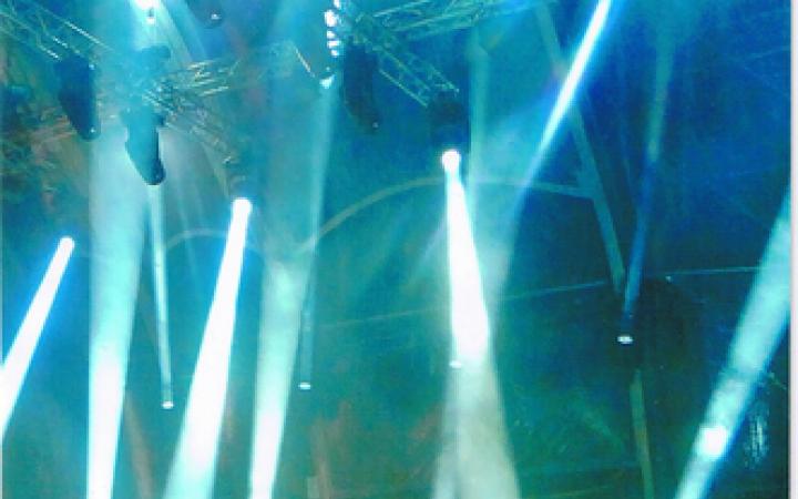 Zu sehen ist Dieter Meier auf einer blau ausgeleuchteten Bühne