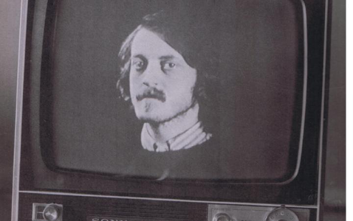 Zu sehen ist Dieter Meiers Gesicht in einem Röhrenbildschirm in schwarz-weiß