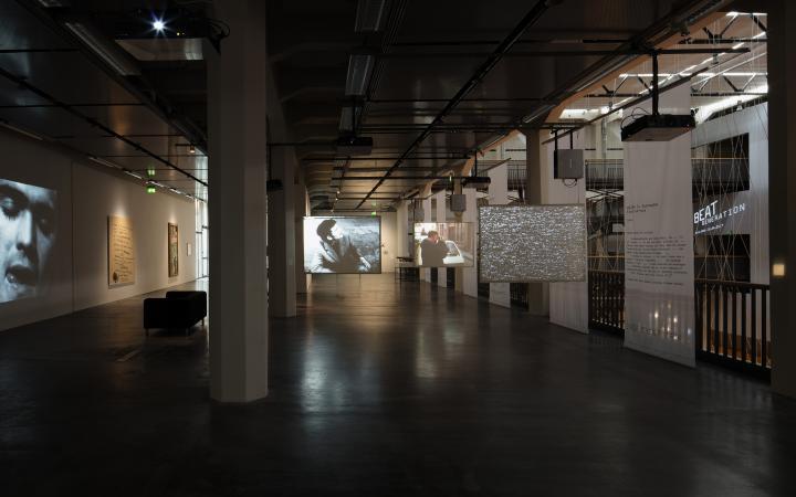 Blick in die Ausstellung »Beat Generation«: Großformatige Videoprojektionen und Schriftzüge