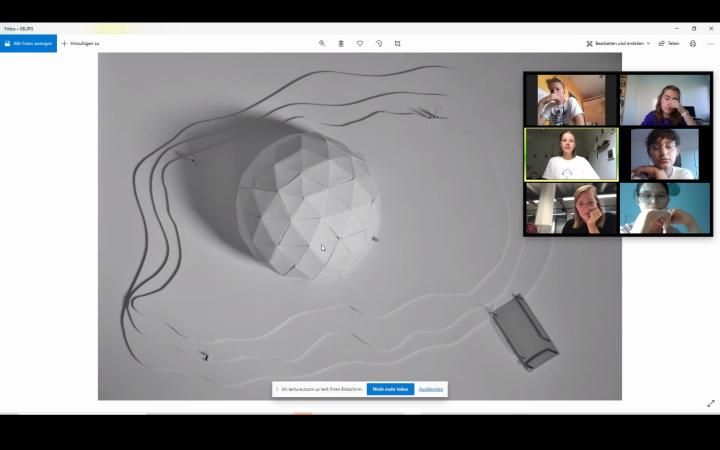 Screenshot eines Zoom-Calls: Sechs Personen besprechen ein Foto, das eine weiße Modellskulptur auf weißem Grund zeigt. Das Bild ist im Rahmen der Kulturakademie Baden-Württemberg 2020/21 entstanden.