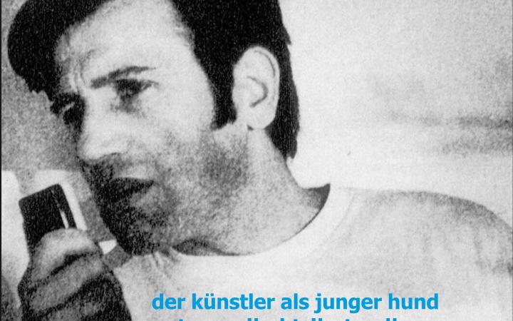 Cover der CD-Publikation »Der Künstler als junger Hund»: Ein schwarz-weißes Porträt von Peter Weibel, darüber – in Türkis – der Titel der Publikation.