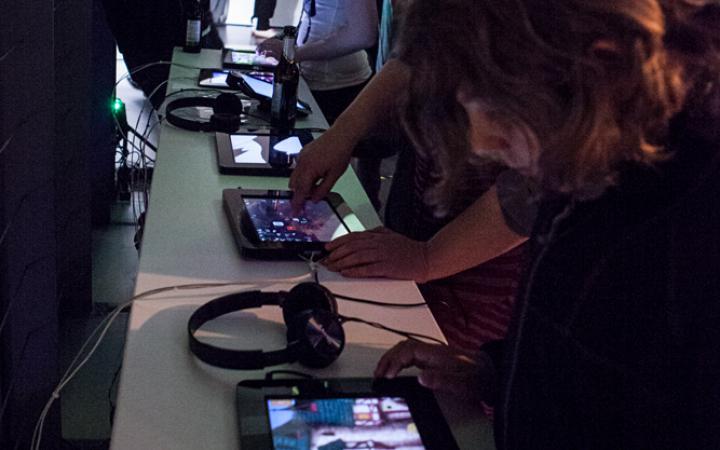 Personen testen Apps auf Tablets