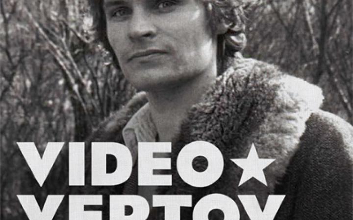 s/w Fotografie mit roten Streifen. Porträt eines Mannes, der einen Mantel mit Pelzkragen trägt.