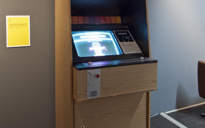 Ein Spielautomat mit der Aufschrift »Poly-Play«