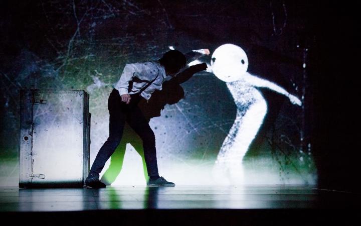 Ein Mann boxt mit einer Schattenfigur