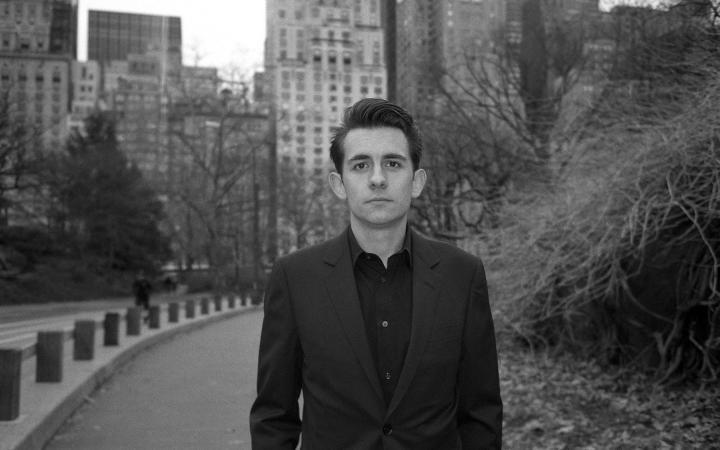 Schwarz-weiß Portrait von Rafael Rozendaal in einem Park